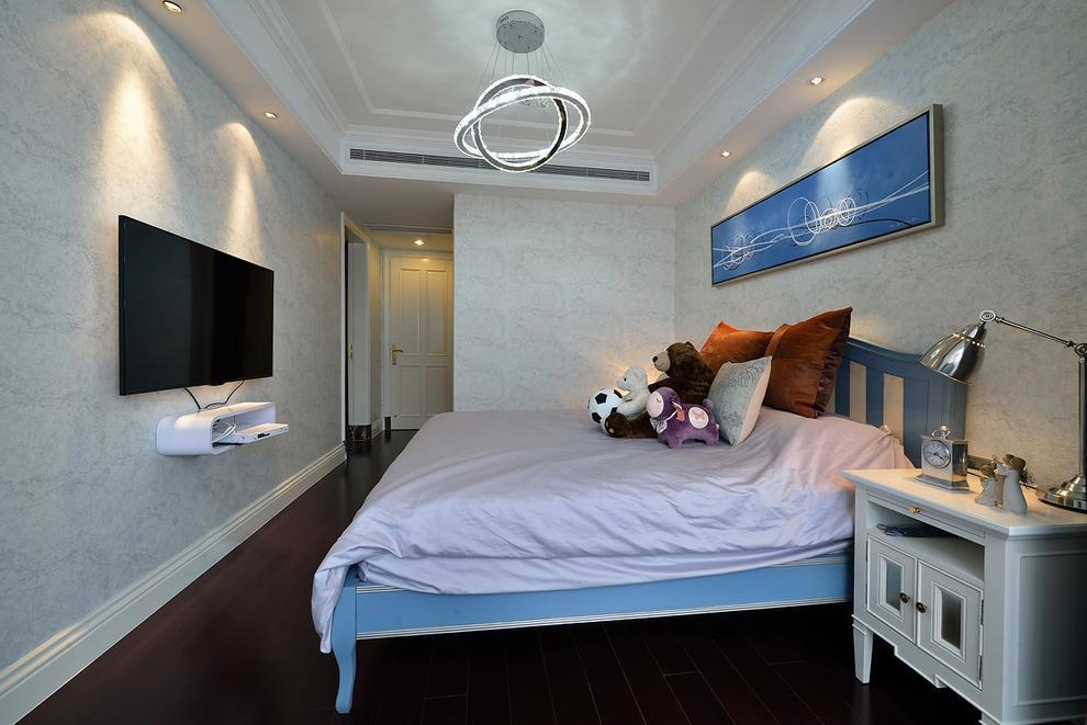 次卧的设计也延续了主卧的空间设计,棕色的墙面被刷成了蓝白,设计上