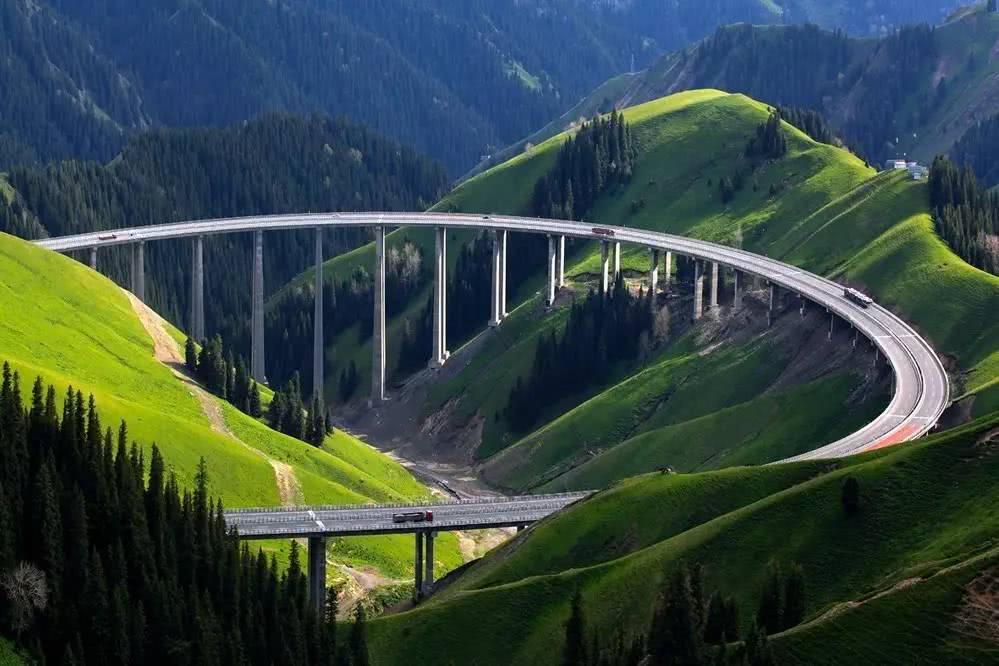"""""""赛果高速"""",""""赛里木湖——果子沟口高速公路""""的简称."""