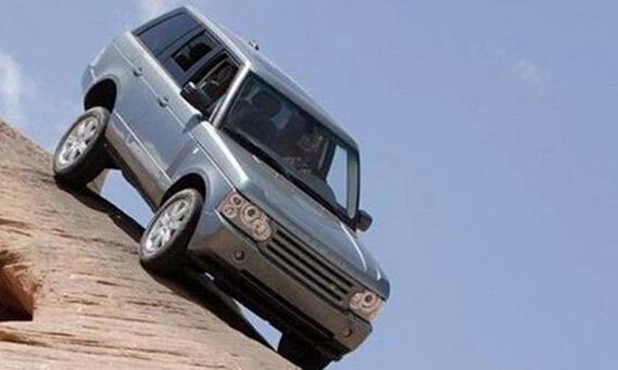 开自动挡的车时,这几个动作最好不要做,会严重损坏汽车变速箱!