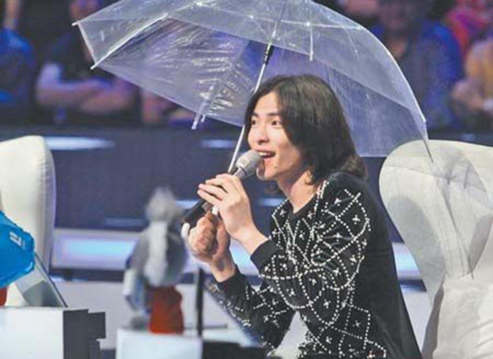 天气预报关注的雨神萧敬腾又发威, 演唱会下雨断电, 吊半空好惊心
