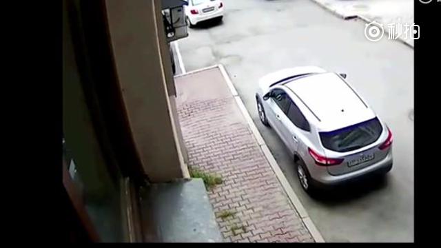 女司机正在倒车,旁边男子发现不对劲,监控拍下这一幕!!