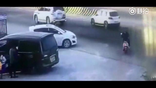 货车虽然已经刹车,结果司机来个神龙摆尾,电动车无辜身亡了!