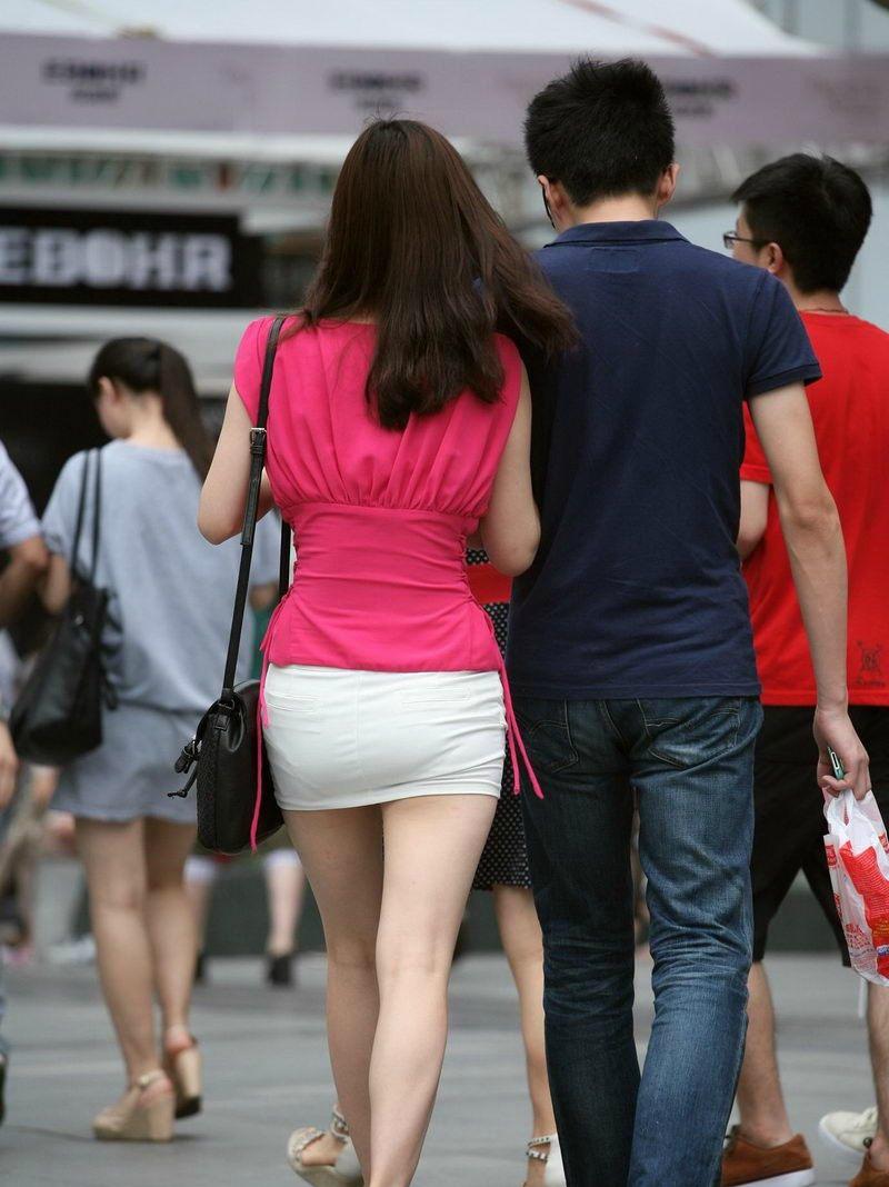 街拍,美女身穿包臀超短裙很漂亮,大腿胸部极为吸引人