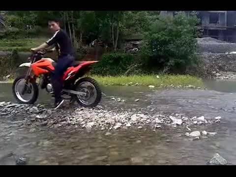 小伙自己改装摩托车越野,没想到后轮在溪里打了个坑~~!