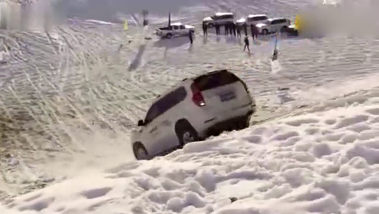 实拍哈弗H9雪地倒着爬坡,国产车中谁还能做到这样?