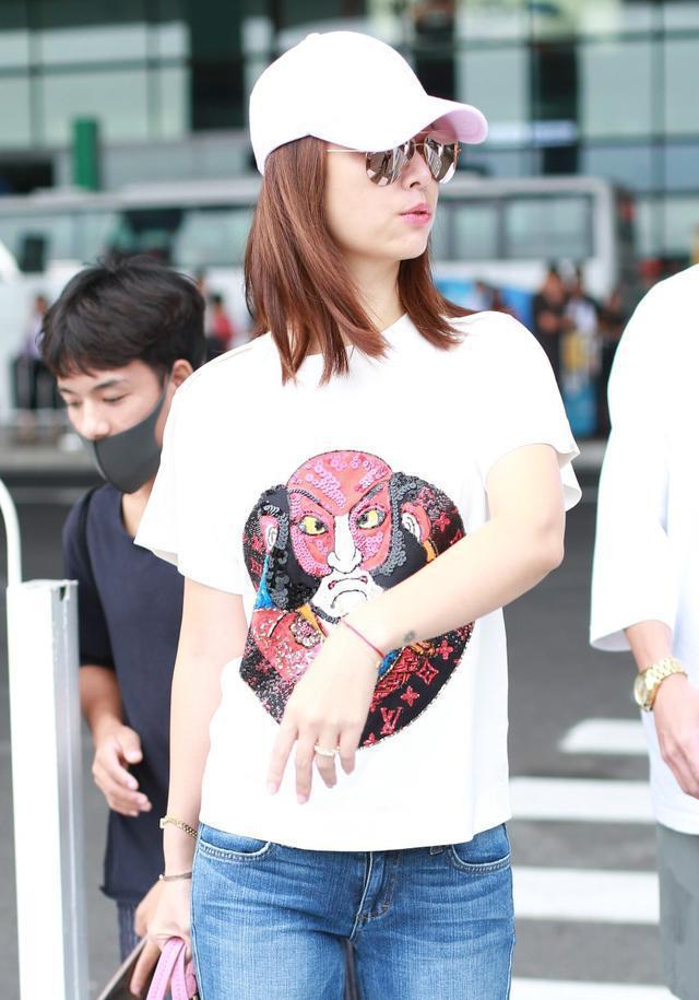 林心如穿白色t恤搭配蓝色破洞牛仔裤现身机场,皮肤状态还挺不错图片