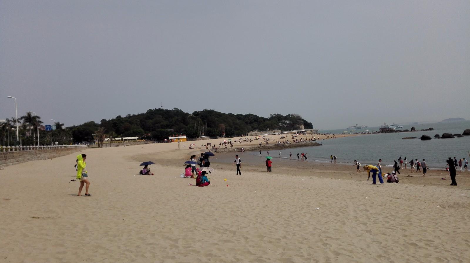 海边嬉戏的孩纸和垂钓的老人.