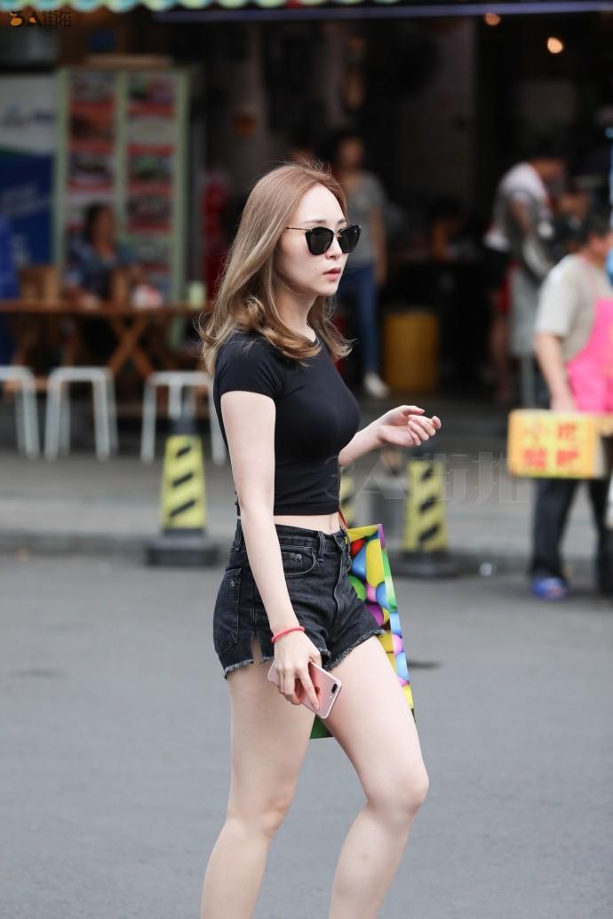 路人街拍,黑色紧身上衣搭配热裤,展示性感好身材,时尚