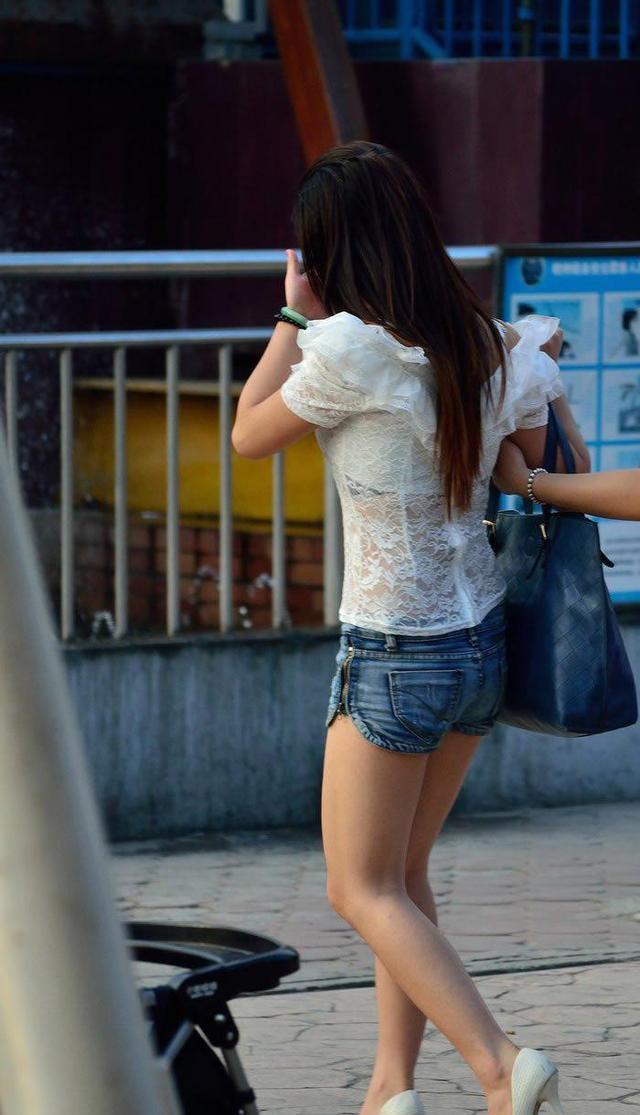 公园街拍 蕾丝透明衣搭热裤的美眉,网友:真敢穿
