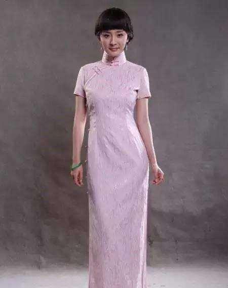 杨幂这身淡紫色旗袍装很有民国风,好身材尽显,温婉优雅有女人味,只是