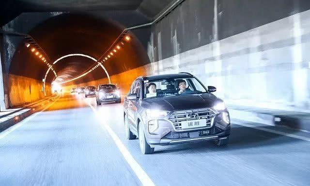 标配LED和中控大屏,尺寸不输翼虎,试驾北京现代第四代途胜