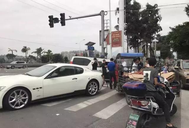 龙港龙金大道口百万豪车被三轮车撞了!加工中心v大道图纸图片
