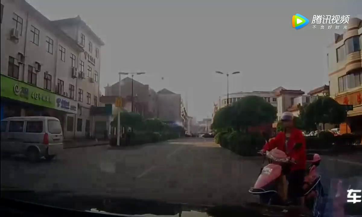五尺男儿骑电瓶车马路乱窜,差点被我二手速腾撞倒,拍下作一幕
