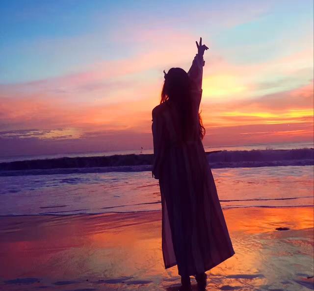 女人背影_美女带你逛印尼,巴厘岛落日余晖下的比基尼美女背影(四)