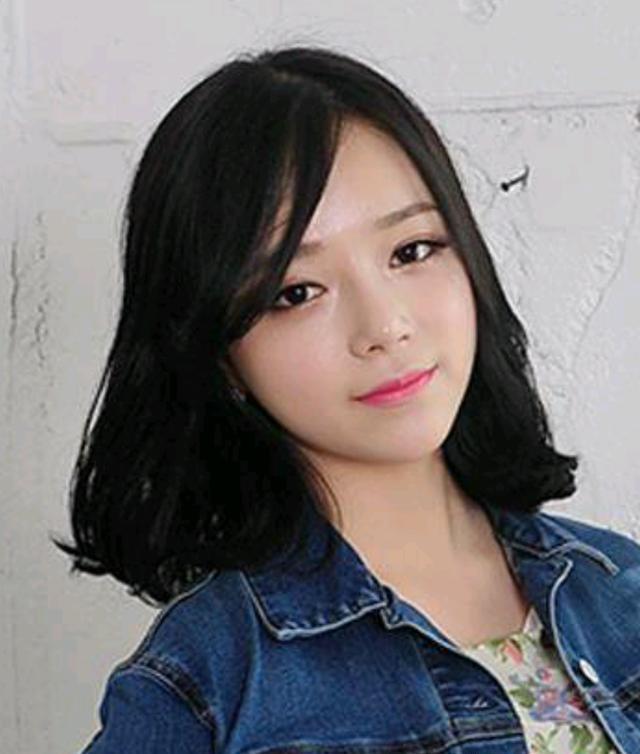 这款非常流行的韩式空气刘海,显得尤为灵动,加上浅棕色的中长发,又图片