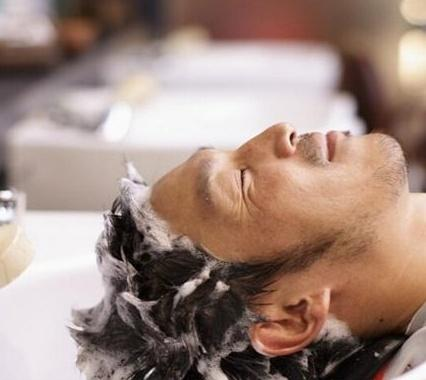 头发湿洗还是干洗更好洗头小哥透露,做错了,头发掉一半!