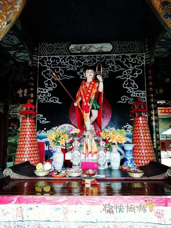 太子殿正中供奉着哪吒神像图片
