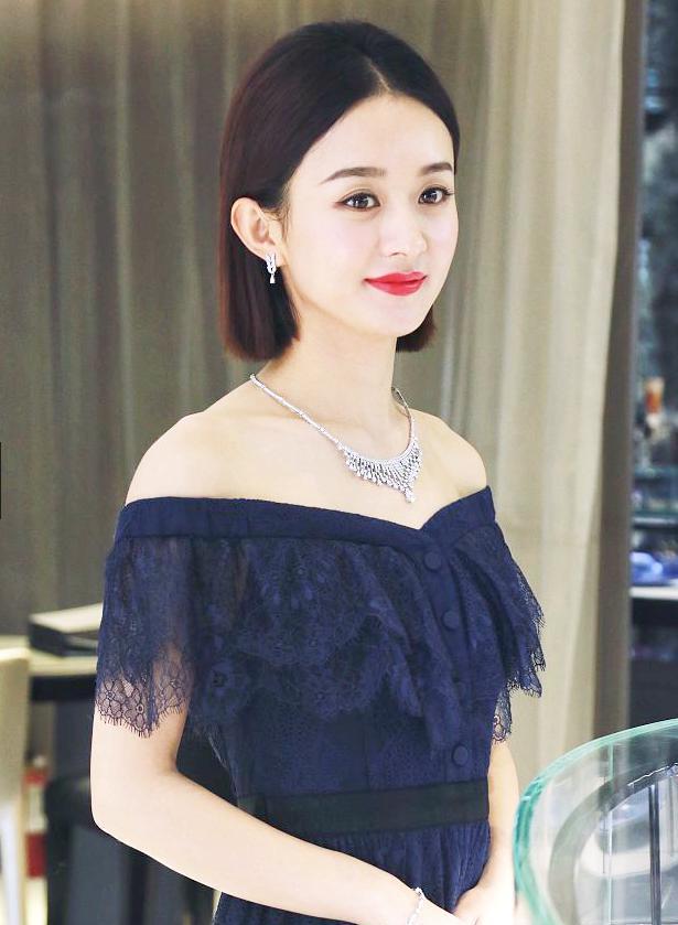 赵丽颖蓝色长裙露肩亮眼,网友:发型略简单,但依然很美