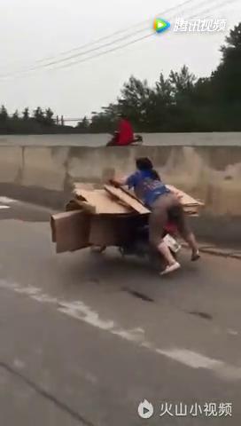 论老司机,我只佩服这个大妈!需要刹车了怎么办?