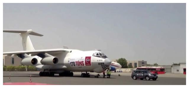 曾经拖动过飞机的3辆车:不敢相信,卡宴拖动了重达285吨的飞机