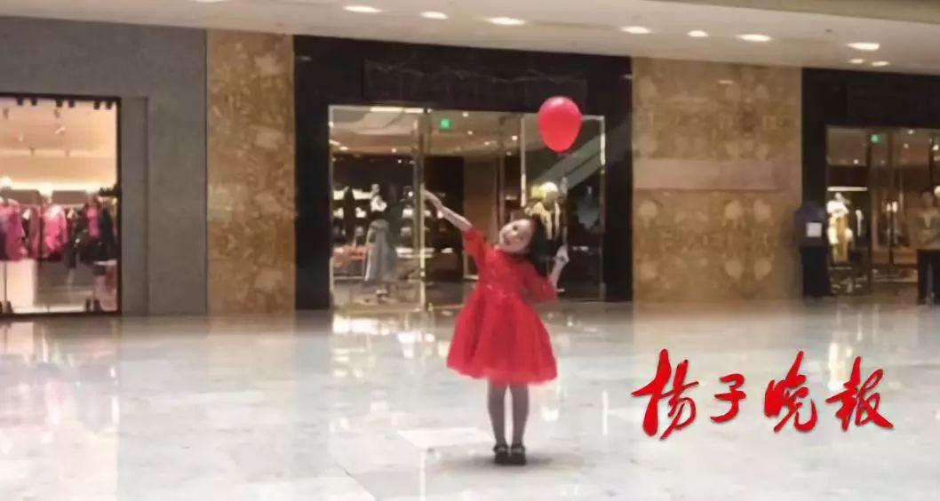 燃炸!女孩商场里忽然高唱《我爱你中国》,接着一群人……