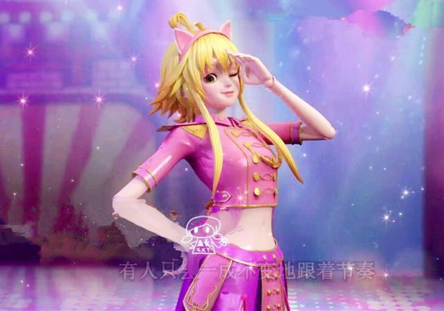 最后一个就是人群中的一抹金色暖阳小亮彩了,粉红色的猫耳发卡,头上的两撮小呆毛让她显得更加可爱,此时的亮彩在叶罗丽魔法换装以后,是一身制服系列的装扮,还穿着长靴,颇有粉红小公爵的气质,从装扮来看,亮彩的这一身可以说是最前卫,最紧跟形势潮流的崭新短裙了,充满了时尚气息!那么,精灵梦叶罗丽第六季中的四件崭新短裙,你最喜欢的又是哪一件呢?