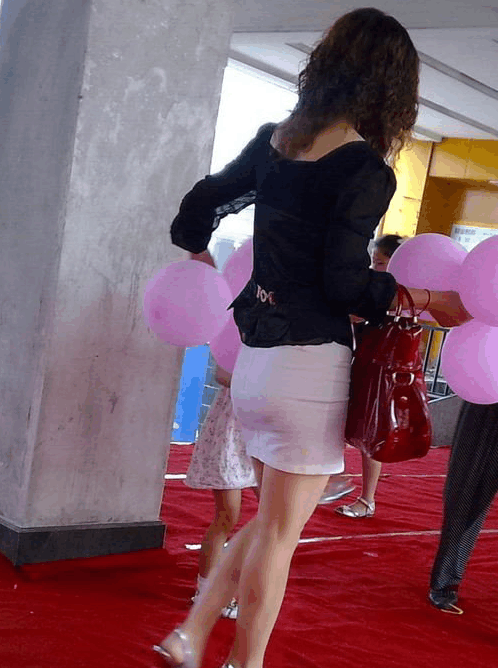 熟妇老师_路人街拍 幼儿园的白色超短裙熟妇老师, 翘臀泡面头很