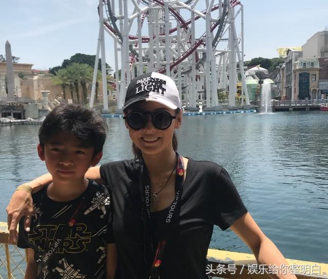 张柏芝带10岁的儿子Lucas游新加坡,这围墙简直建筑模样图片