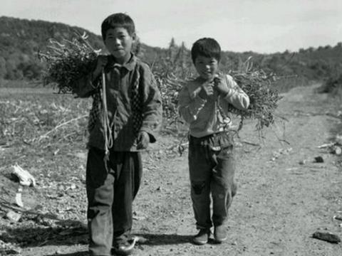 80年代东北农村老照片,图1小孩帮妈妈干活,图4用老风箱做饭