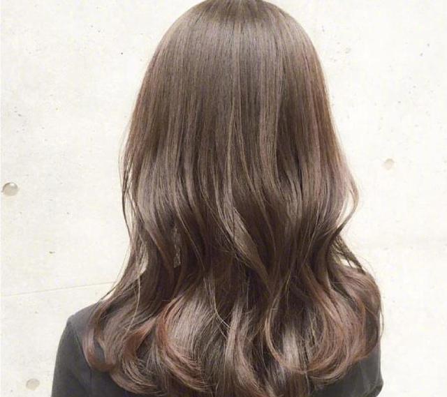 微卷中长发烫发发型,今年冬天头发这样烫美的刚刚好!图片