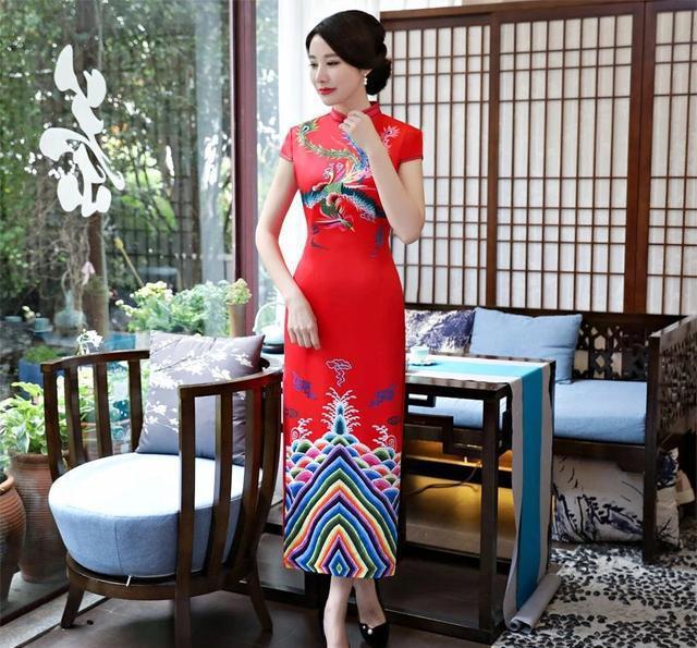 佳人周婷自是把它穿得美不可言,凹凸有致的身姿呈现出旗袍的层次之美