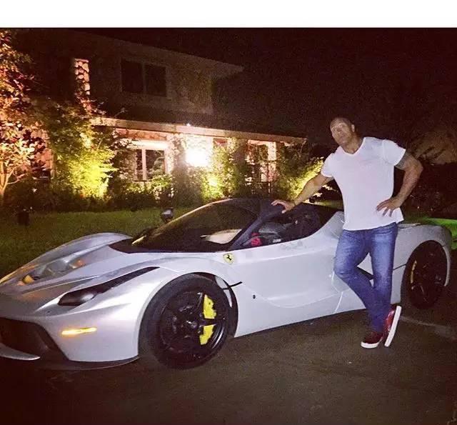 曾是全球收入最高的男星,现坐拥豪车数辆,有时却坐不进去