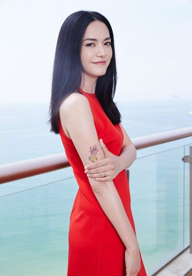 38岁姚晨一袭红裙女人味爆棚,手臂的纹身亮了,不愧是社会人!图片