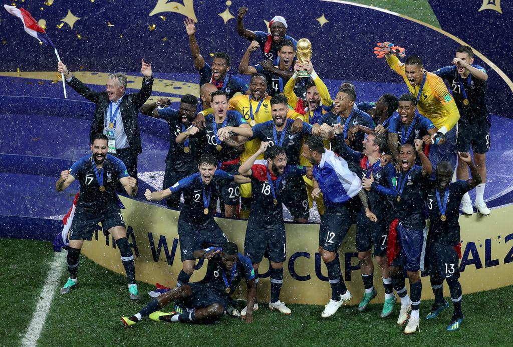 2018俄罗斯世界杯冠军法国国家队举杯庆祝图