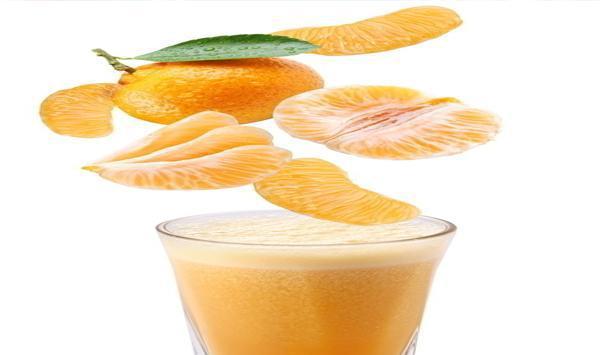 材料:橘子 半个 做法: 1、将橘子的外皮洗净,对半剖开。 2、把半个橘子放在消毒过的手工榨汁器上旋转几下,让汁液流出。 3、将流入槽内的果汁用滤网过滤掉果渣。 4、喝的时候,兑上2倍量的温水即可。 小提示:天气冷的时候,要适当加热之后再喂食宝宝。最好在两餐之间喂给宝宝吃,这样可以避免果酸与乳类反应产生硬凝块,不利于消化吸收。 3、米糊类辅食 [宝宝米糊]