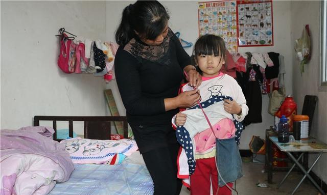 8岁女孩每天背书包同学上学,初中们都说她臭日本女生两个迅雷图片