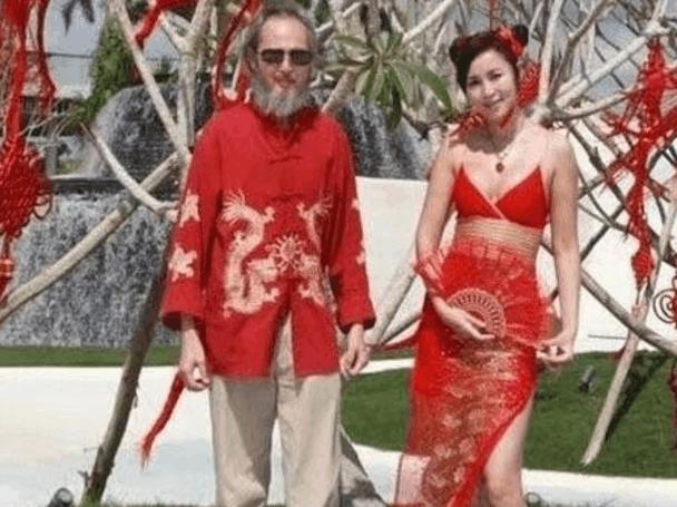 69岁的李壮平是画院的院长,一直钻研国画和油画数十年,同时他还是图片