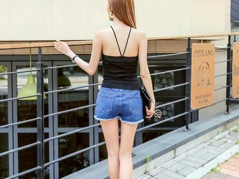 街头的牛仔短裤美女, 搭黑色吊带尽显白皙肌肤!