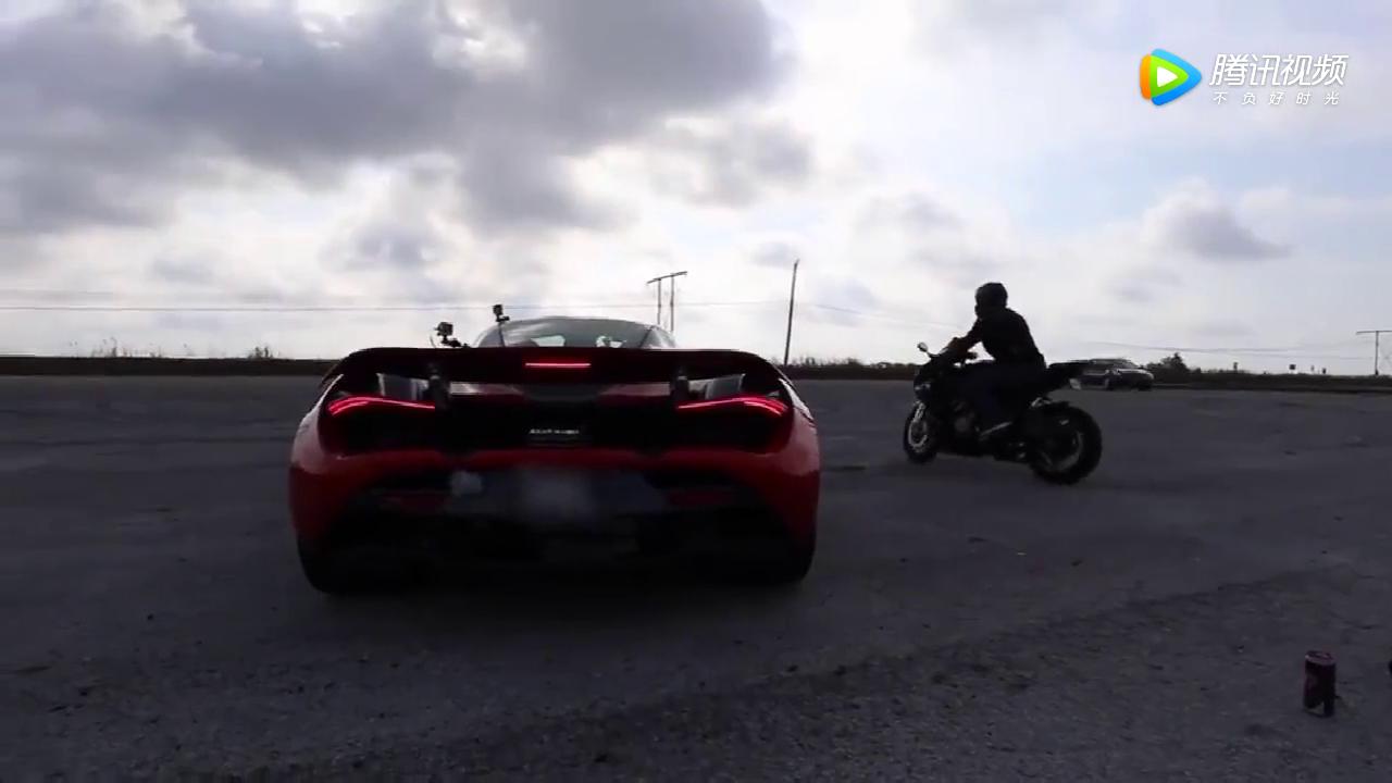 视频:摩托车竞速迈凯伦720S, 结果双双被摩托车路人甲直接秒