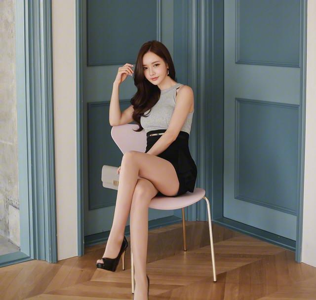 包臀短裙搭配美女白皙美腿, 简直完美!