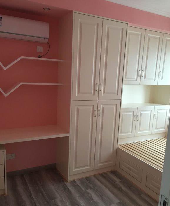 在榻榻米房间,橱柜由木工制作.图片
