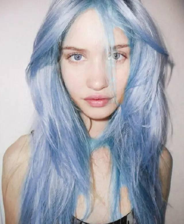吹呀吹呀我浪漫的粉色头发; 吹呀吹呀我静谧的蓝色头发; 嫌生活太