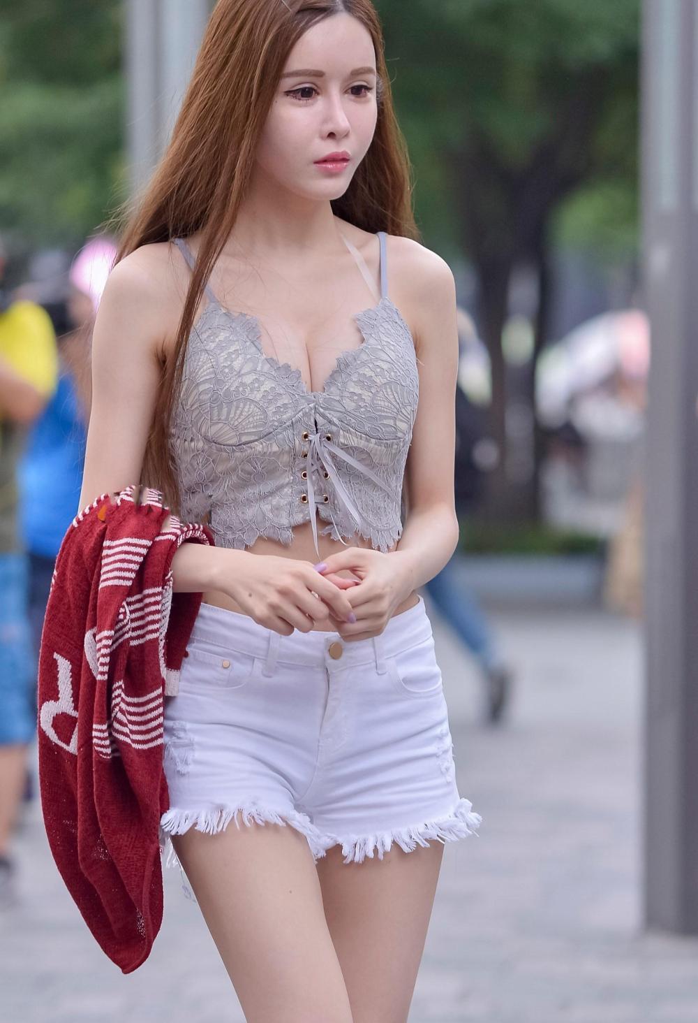街拍: 身材傲人的时尚美女穿上低胸装, 秀出性感事业线