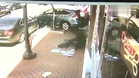 这位女司机厉害了,倒车发现不对,竟继续狂踩油门!