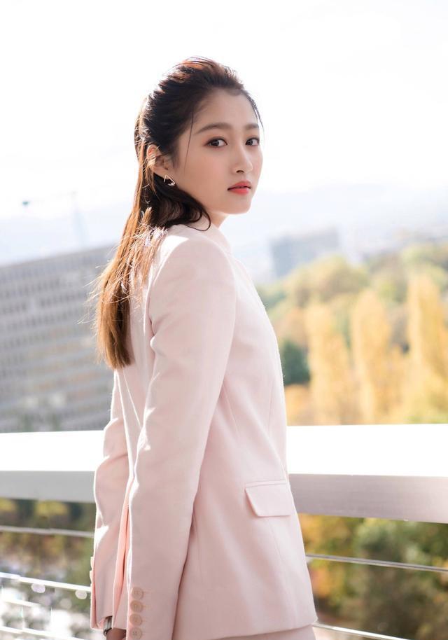 关晓彤正装杀, 身着粉色西服套装, 非常清新时尚