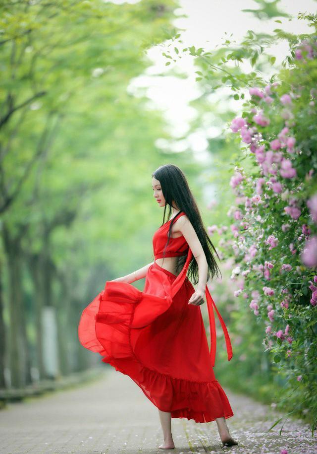 美女雨中赤脚_蔷薇花下泳池边的赤脚美女——香娇玉嫩