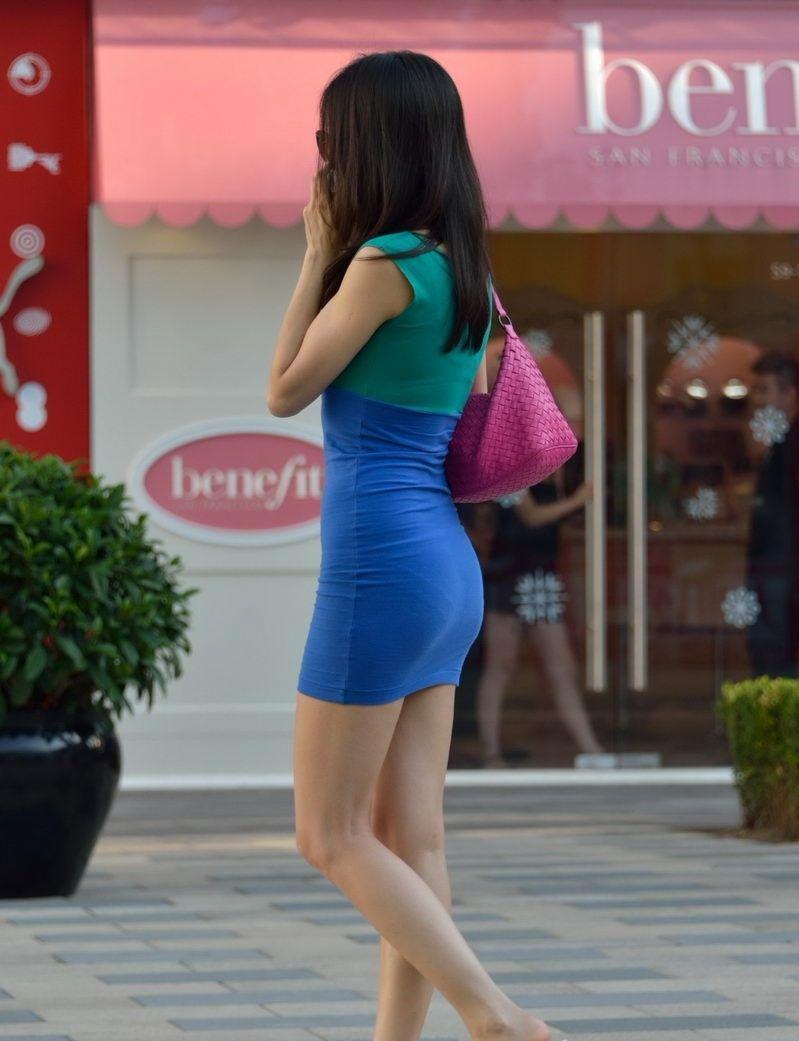 路人街拍: 超贴身紧身裙美女小姐姐, 性感丰满挡不住