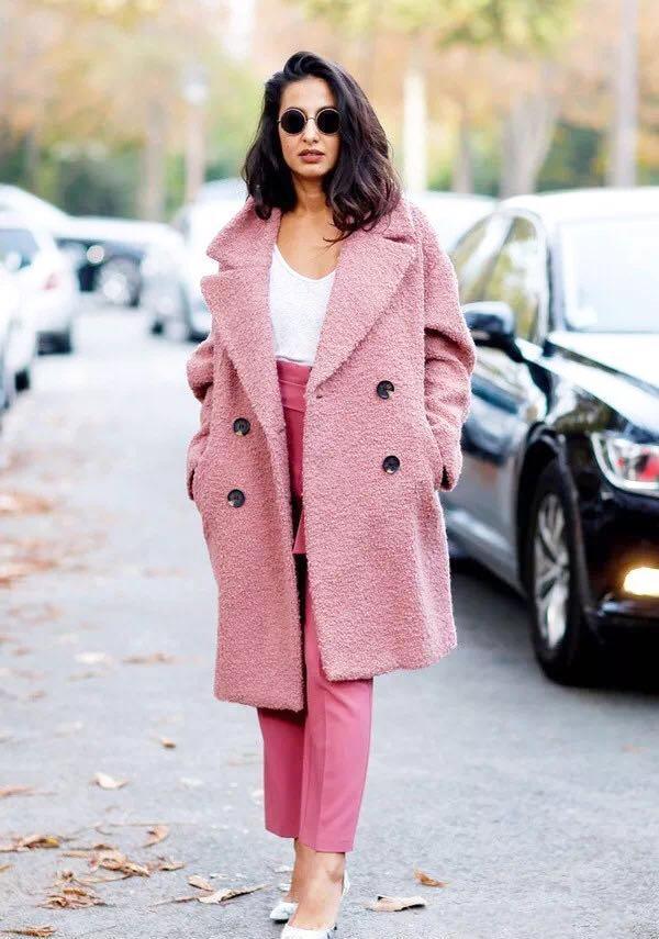 粉红色大衣如何搭配_粉色大衣配什么裤子?冬季搭配裤子也是关键!