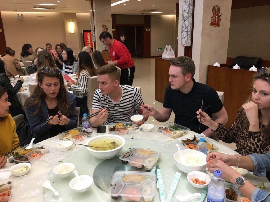 美国人: 吃饭时如何阻止中国人给我夹菜? 中国网友图片