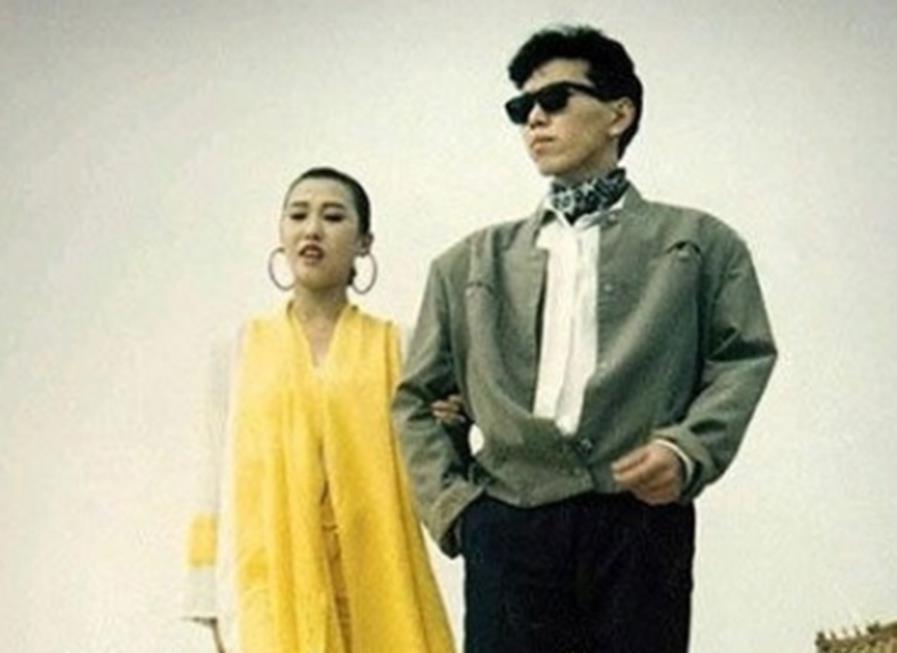 80年代老照片,女子烫头被围观,最后一对好时尚
